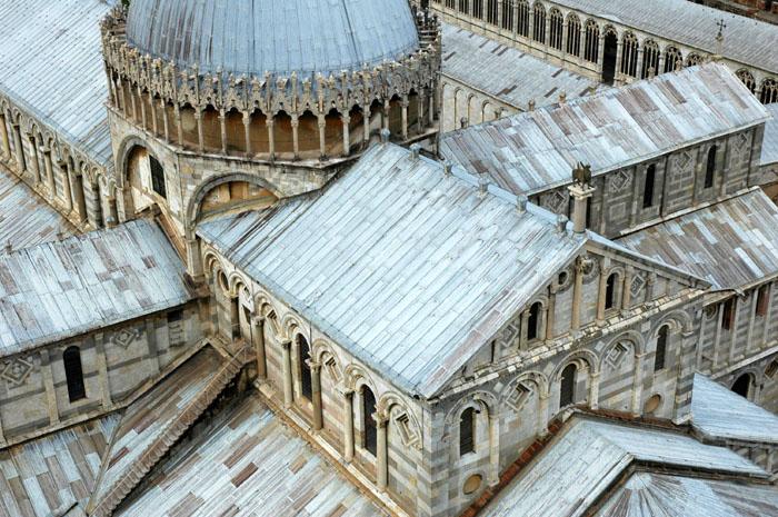 Widok na Duomo z Krzywej Wieży w Pizie
