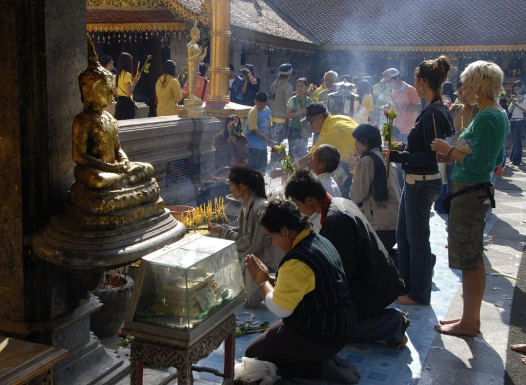 Modły w świątyni Doi Suthep w Chiang Mai