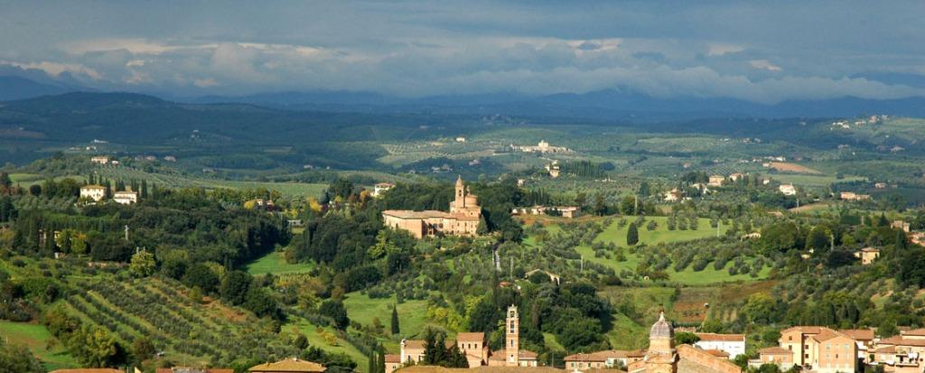 Panorama Toskanii widziana z wieży sienneńskiego Palazzo Pubblico.