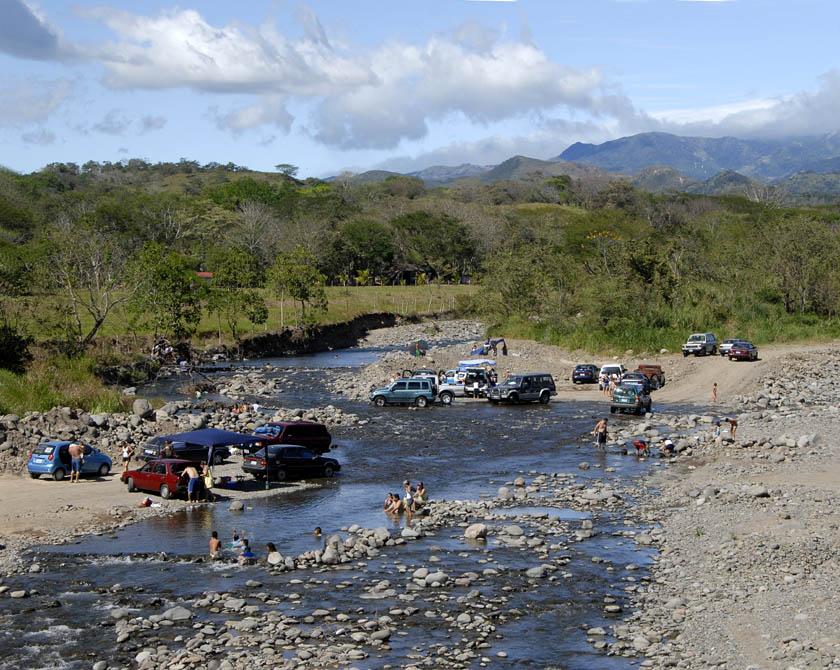 Weekendowy odpoczynek - tubylcy mają do dyspozycji setki rzek, gdzie kąpią się ochoczo.