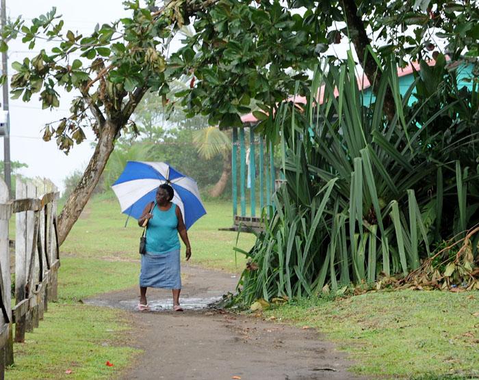 Biało-niebieska parasolka - kobieta z Tortuguero Village