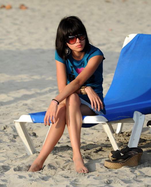 Plażowa piękność w duuuużych okularach