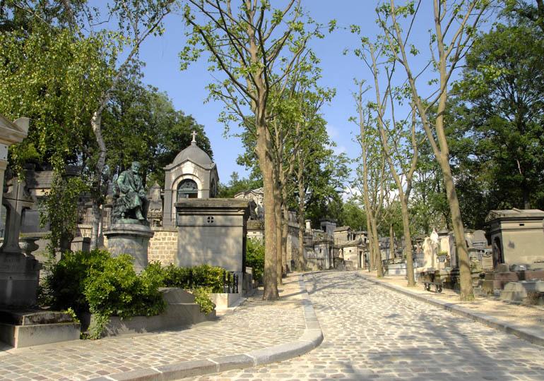 Jedna z alejek cmentarza Per Lachaise