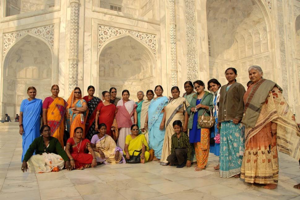 Barwna gromada hinduskich matron pod Taj Mahal