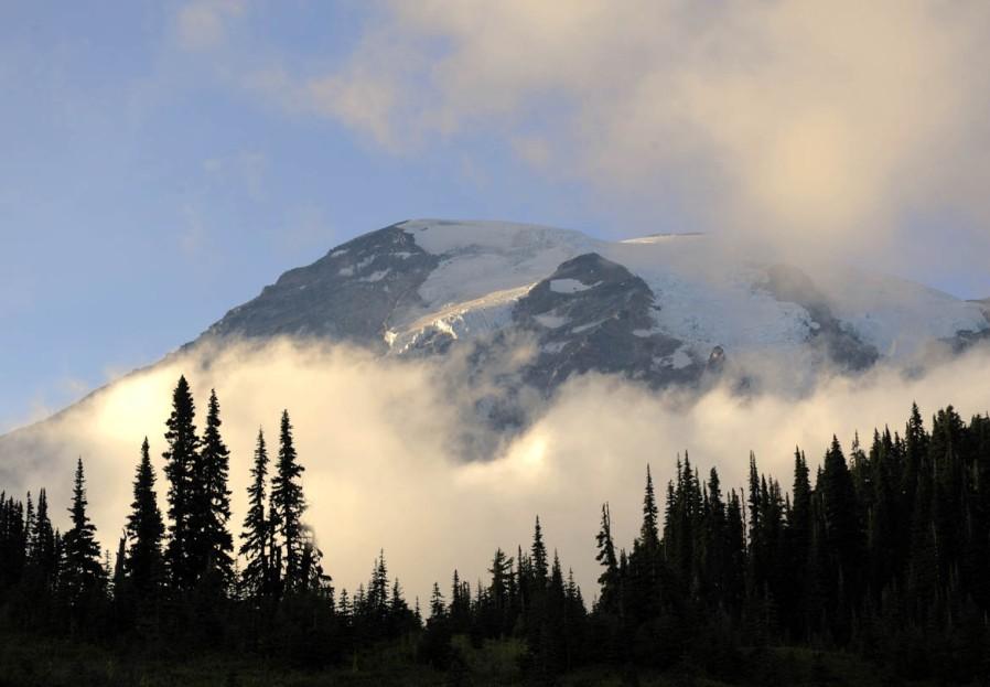Mt. Rainier wyłania się z chmur